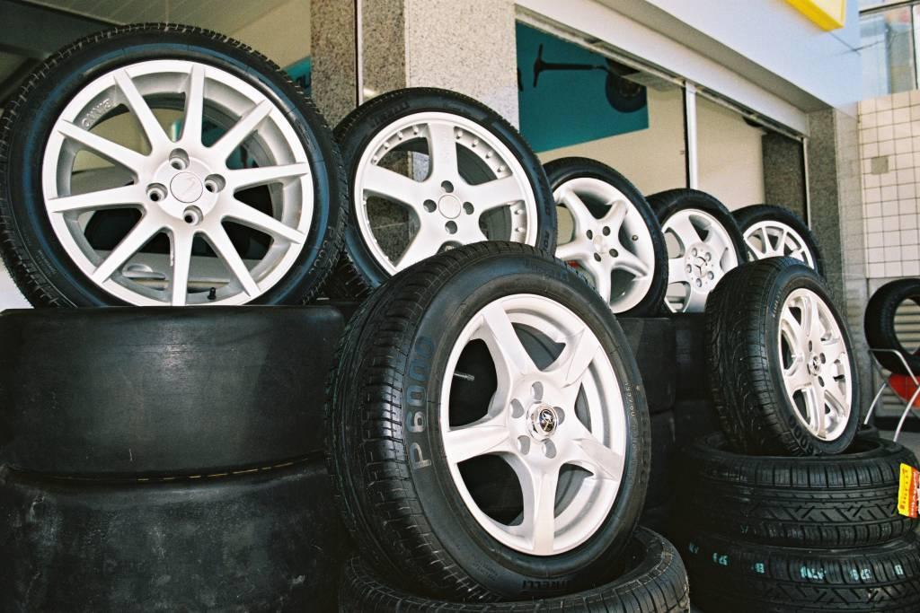 Posso comprar um pneu que ficou meses no estoque da loja?
